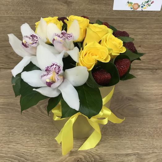 Коробка из роз, орхидей и клубники: букеты цветов на заказ Flowwow
