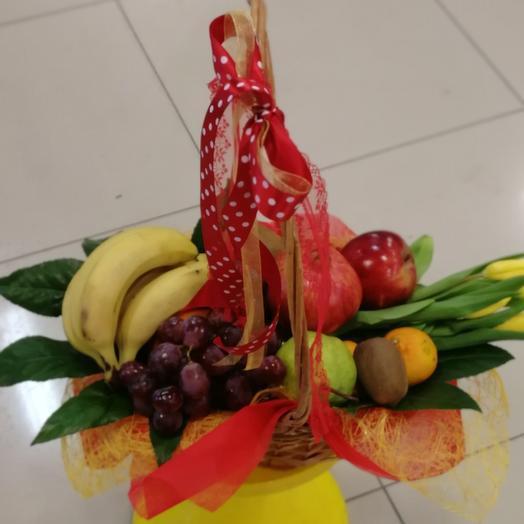 Корзина с фруктами и тюльпаном