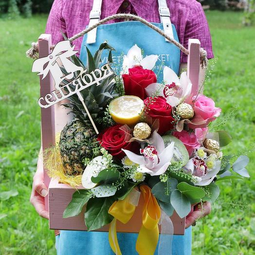 Корзина с ананасом, конфетами и орхидеями: букеты цветов на заказ Flowwow