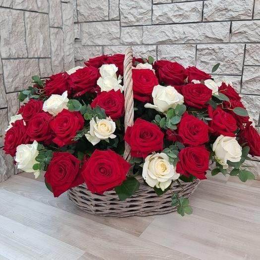 Корзина 51 красно-белая роза