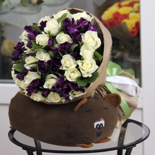25 белых роз с фиолетовой альстромерией в крафте: букеты цветов на заказ Flowwow