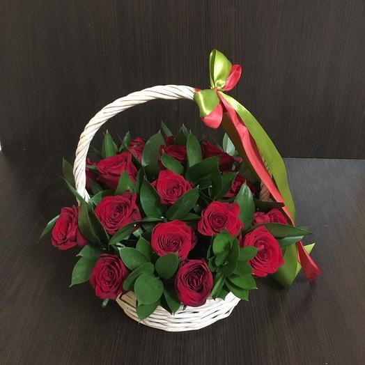 Корзина с 19 красными розами: букеты цветов на заказ Flowwow