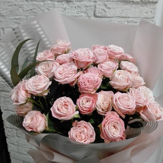 Пионовидная кустовая роза в стильной упаковке: букеты цветов на заказ Flowwow