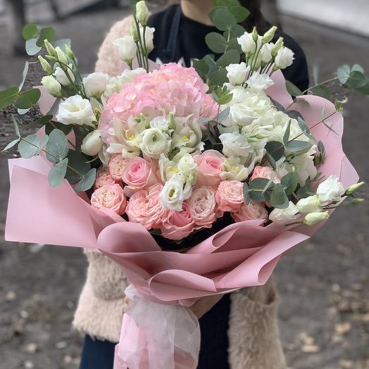Букет с гортензией, розами и эустомой