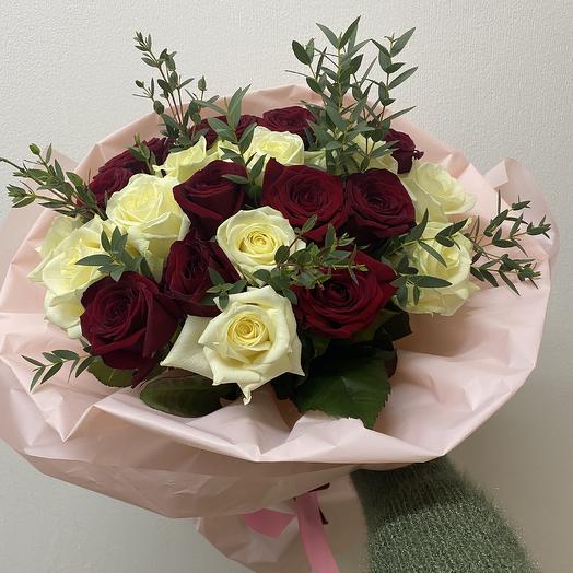 Микс из 21 розы и эвкалипта: букеты цветов на заказ Flowwow