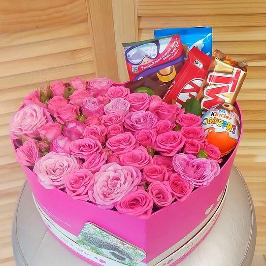 Коробка с розами и сладостями