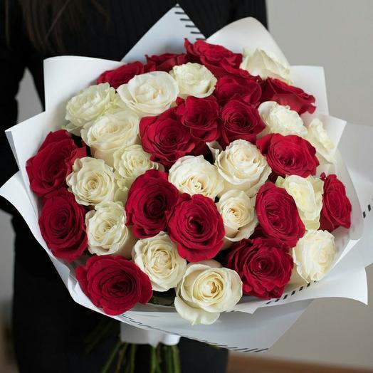 35 роз Эквадор 40 см белые с красными