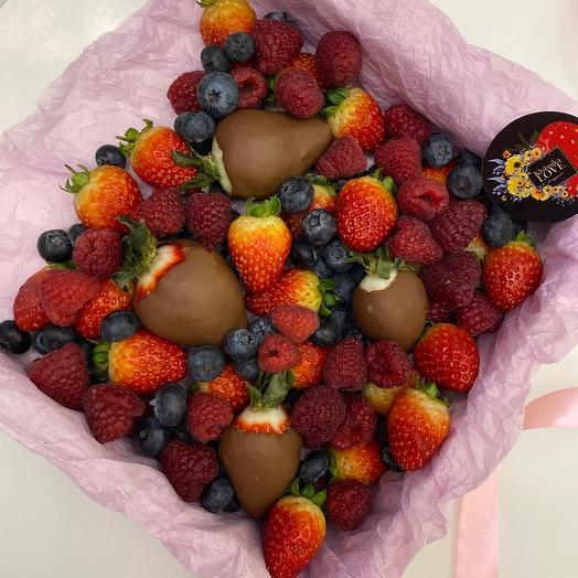 Набор свежих ягод в коробке