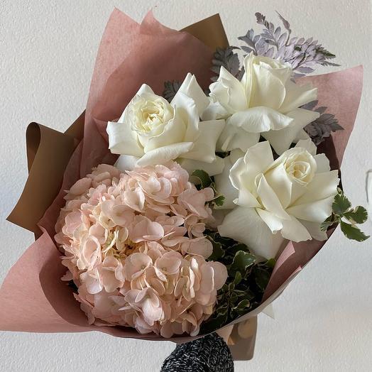 Букет с гортензией и ажурными розами