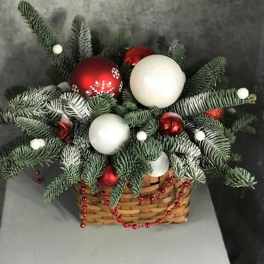 Новогодняя композиция в корзине