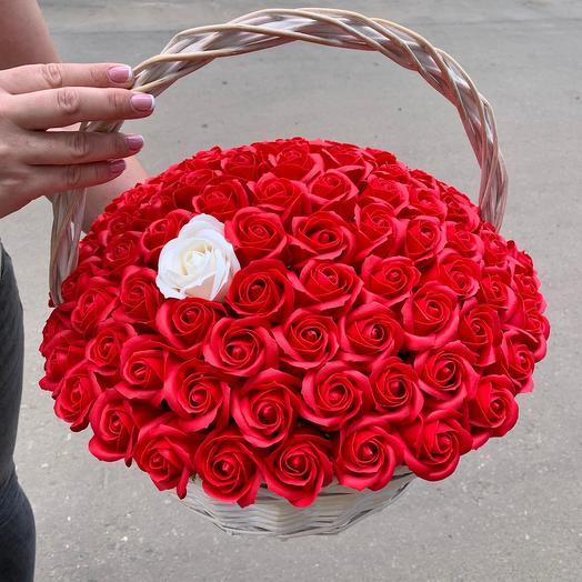 101 мыльная красная роза в корзине
