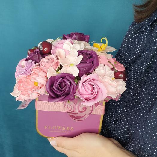 Композиция из мыльных роз и орхидеи