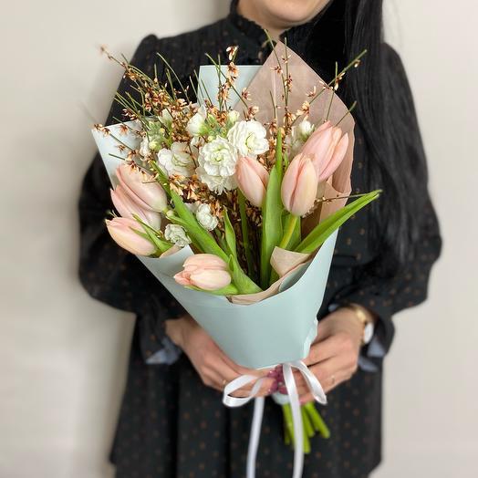 Букет из тюльпанов, маттиолы и генисты