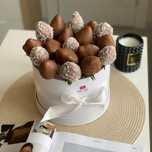 Клубника бельгийском шоколаде в шляпной коробке