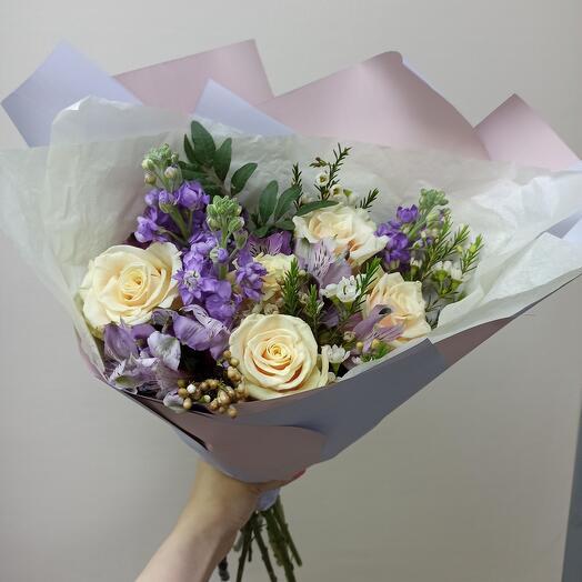 Букет с маттиолой и ассорти цветов
