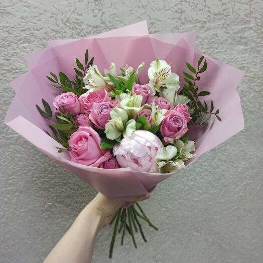 Букет с пионом и ассорти цветов