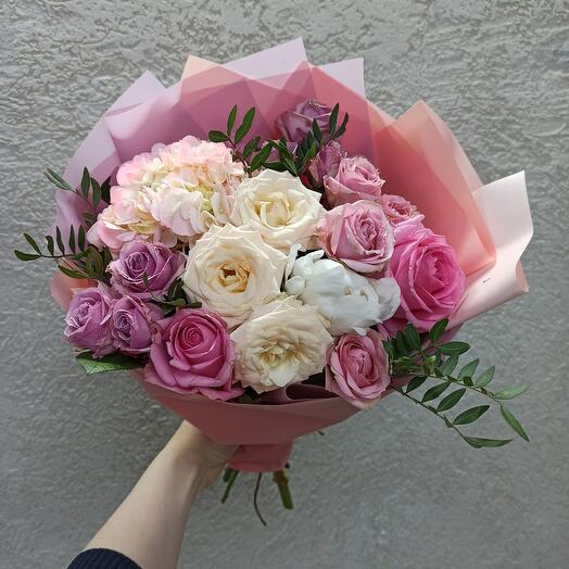 Нежное ассорти с пионом, гортензией и розами