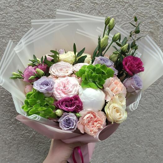 Стильный букет с пионом и ассорти цветов
