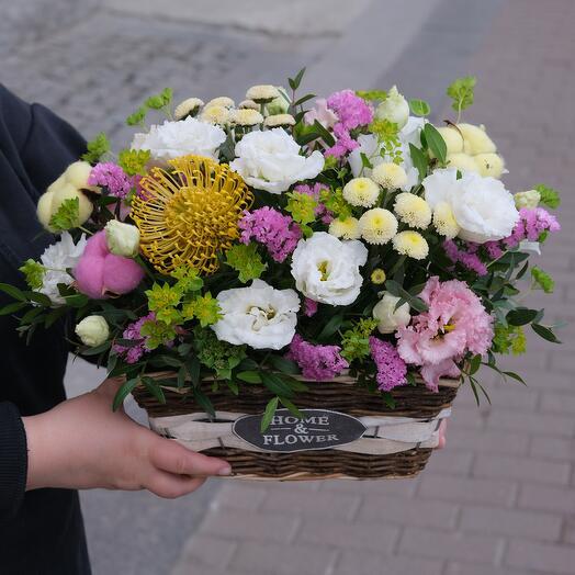 Летняя цветочная композиция в корзине