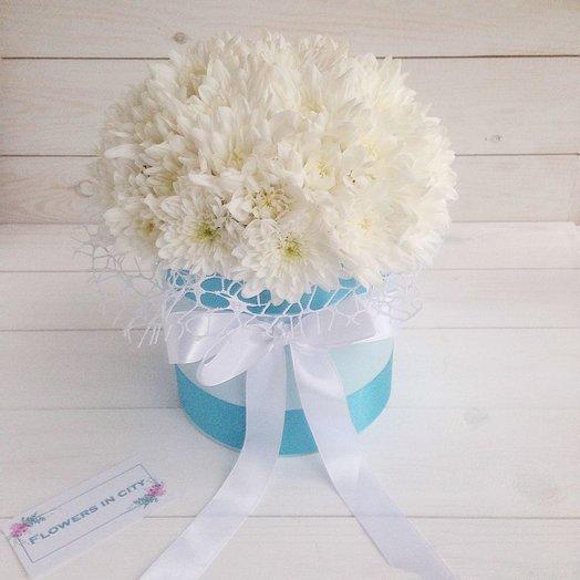 Белоснежные хризантемы в шляпной коробке: букеты цветов на заказ Flowwow