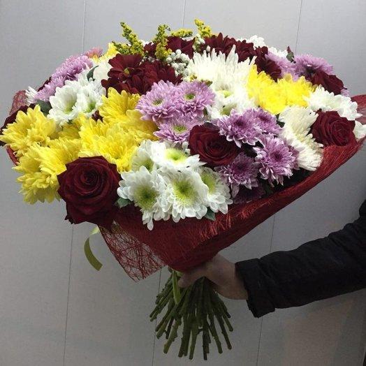 Корзин цветов, букеты из одноголовых хризантем и роз фото