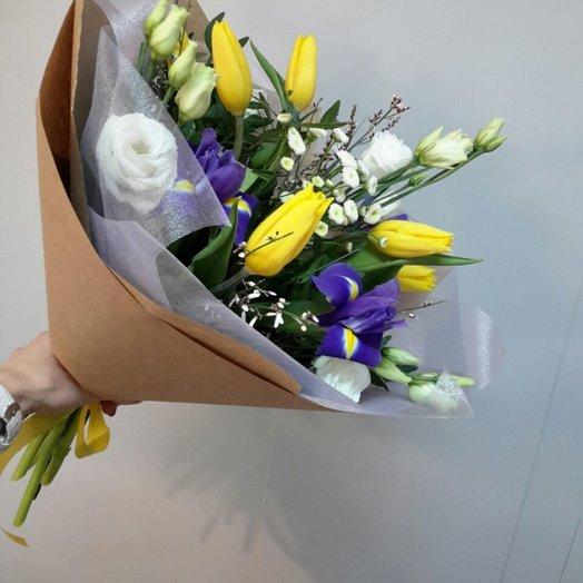 Букет из тюльпанов и ирисов в крафте: букеты цветов на заказ Flowwow