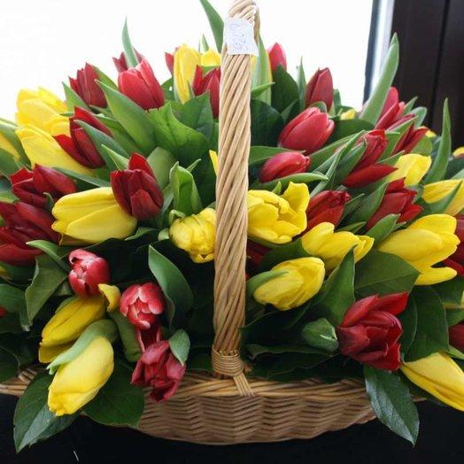 Корзинка из 101 тюльпана: букеты цветов на заказ Flowwow