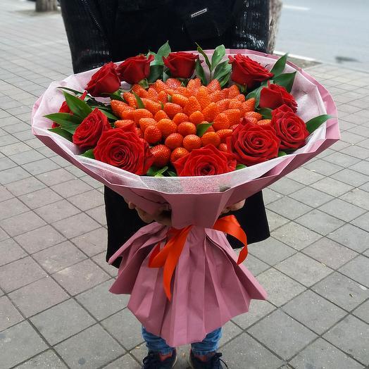 Букет из 11-ти роз и клубники 2