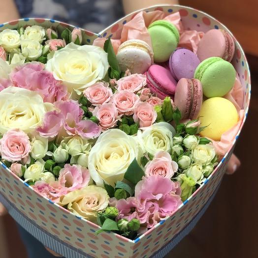 Цветочное сердце с макарунами: букеты цветов на заказ Flowwow