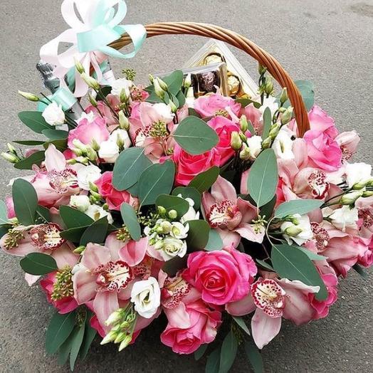 Большая корзина с орхидеями/ розами/эустомой/шоколадом/мартини: букеты цветов на заказ Flowwow
