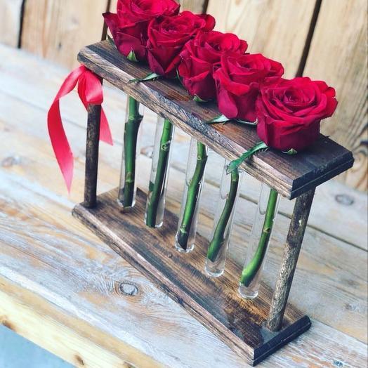 5 красных роз в стойке с пробирками: букеты цветов на заказ Flowwow