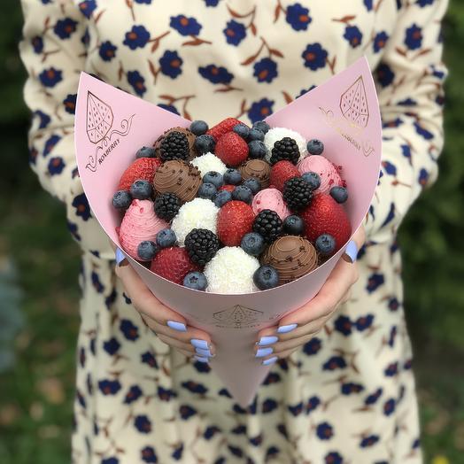 Букет из клубники, ягод и шоколада «Комбо» размер S в розовой бумаге