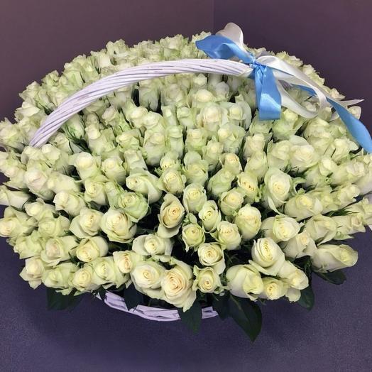 201 белая роза в плетенной корзине