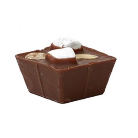 Молочный горячий шоколад с арахисом и зефиром
