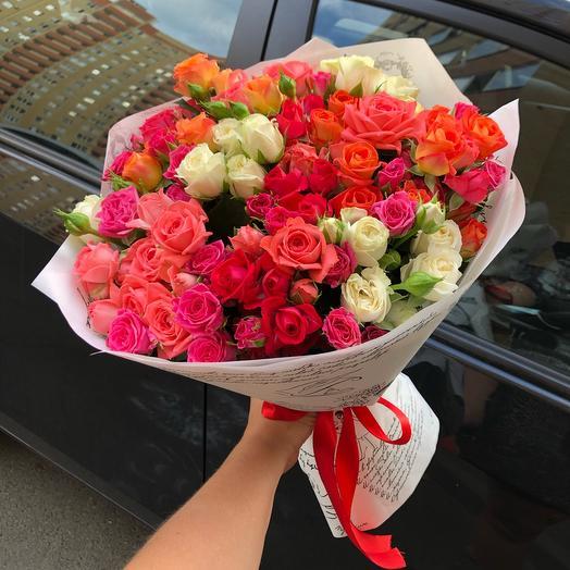 Букет разноцветных кустовых роз микс