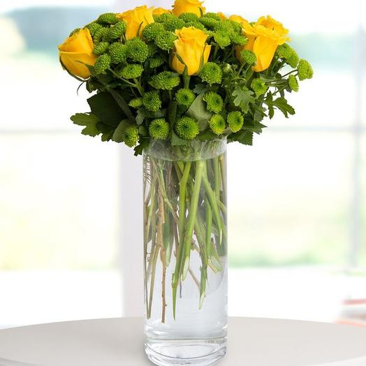 9 желтых роз в вазе