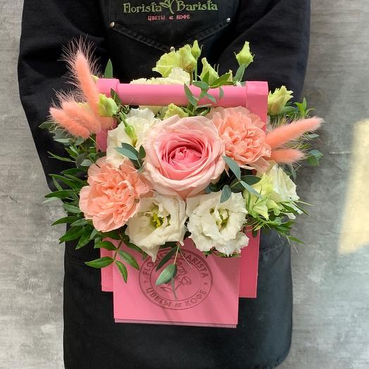 Композиция в ящичке ручной работы с розой и белым лизиантусом