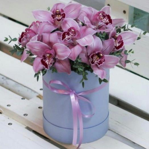 Букет орхидей в коробке. Цветы в коробке на юбилей