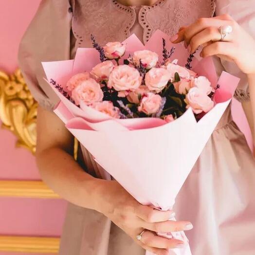 С лавандой пионовидные розы