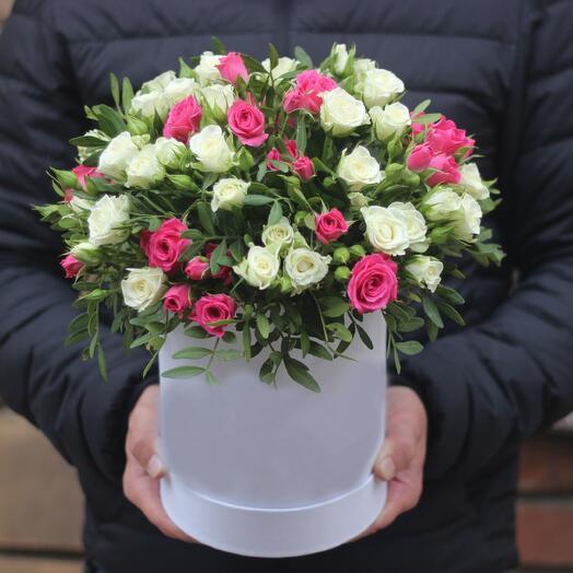 Кустовые малиновые и белые розы в коробке мини