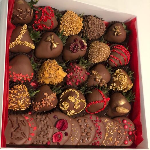 """Chocolate-covered strawberries """" A sign of love»"""