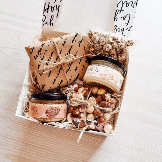 Подарочный набор с орехами и мёдом маме жене