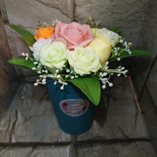 Букетик роз в стакане