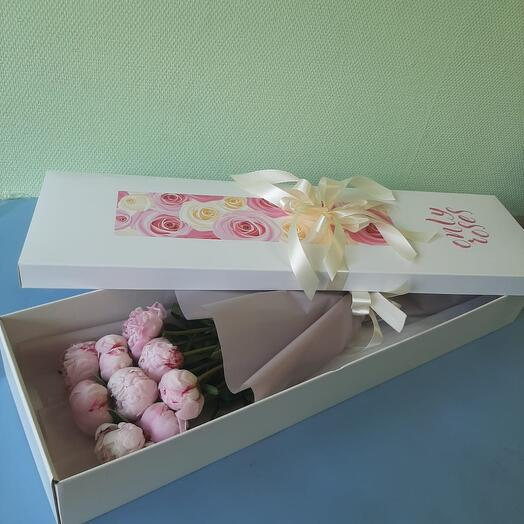 9 розовых пионов в подарочной коробке