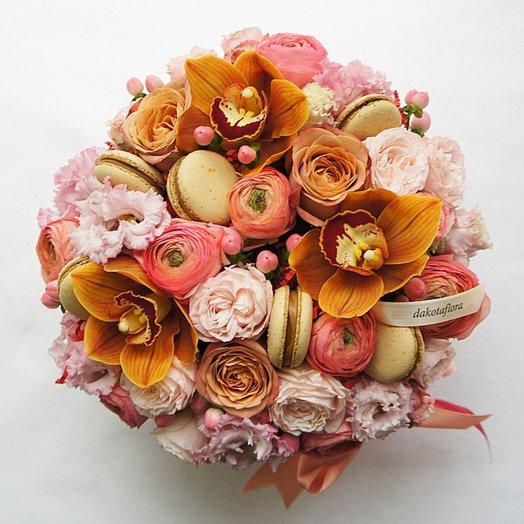 Композиция с розой капучино орхидеей и макарунами