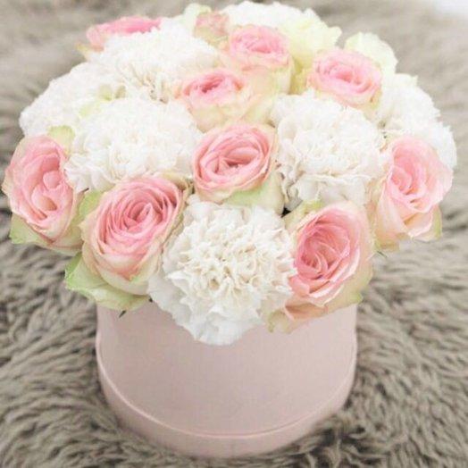 Коробка с розами и гвоздиками: букеты цветов на заказ Flowwow