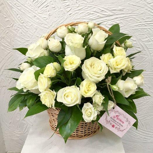 Белые розы в корзине