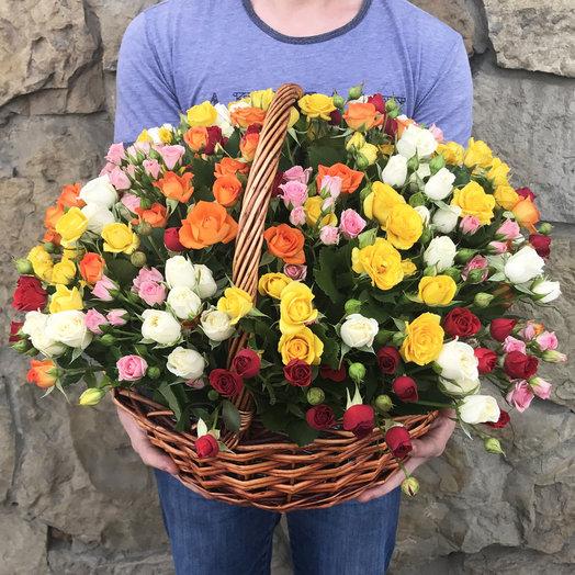Корзина из 35 кустовых роз: букеты цветов на заказ Flowwow
