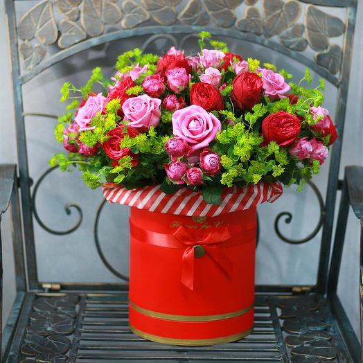 Эффектная композиция из роз в красной шляпной коробке: букеты цветов на заказ Flowwow