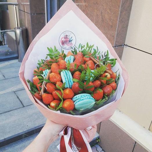 Клубничный букет L с макаронс: букеты цветов на заказ Flowwow